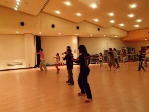 吉備中央町内のダンス教室でも練習(手前が井上さん)