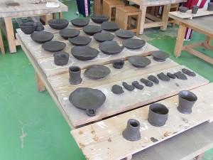吉川小学校の皆さんの作品。電気窯で焼き完成後は小学校へ。