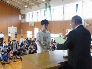 代表者が壇上へ(数学検定2級・準2級・3級に生徒らが合格)