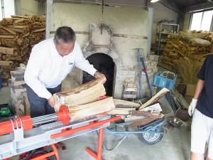 薪割機を試運転する木畑校長