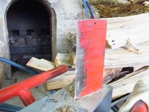 薪を割る鋼の刃。