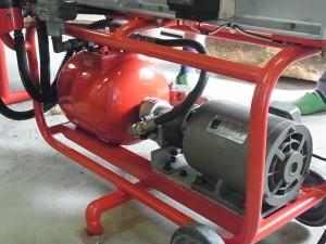 モーター式油圧ポンプとオイルタンク(赤色)