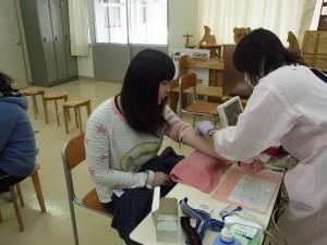 献血前のヘモグロビン検査。