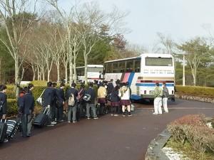 雪がちらつく本日大勢の生徒がバスで帰省。