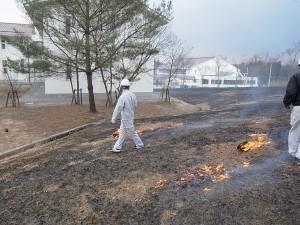 つり下げた火玉(金網の中の布に灯油をしみこませた布が)で芝に火を。