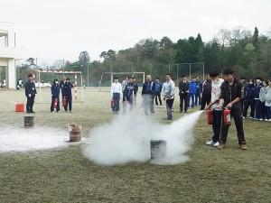 消火訓練(複数の消火器を協力で使用して消火を早くすることも)
