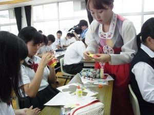 本校の生徒へご指導くださる黄 知惠(ファン ジヘ)先生