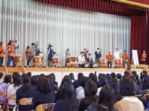 男子生徒たちの太鼓演奏体験(リズムが合ってきました)。