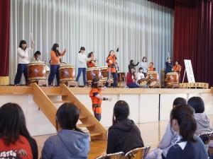 女子生徒たちの太鼓演奏体験(男子の演奏を聴いておりばっちりリズムが合っています)