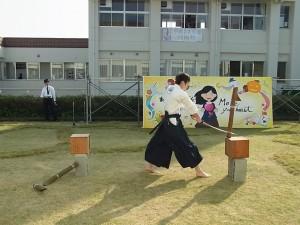 中庭ステージのトリは、古武道部員による「真剣俵切り」。