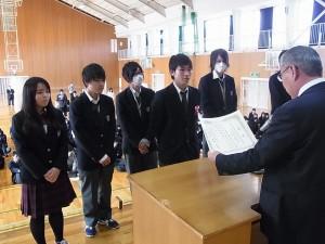 岡山県こども備前焼作品展高校生の部で上位入賞をはたした陶芸デザインコース3年生の皆さん(一番左の竹内さんは県知事賞受賞)