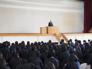 全校生徒集会では校長先生から冬休みに向けての激励も。そして卒業が近づいてきた3年生へも激励。