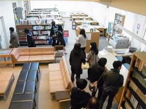 図書館内。