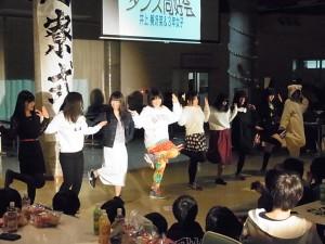 3年生女子によるダンス。