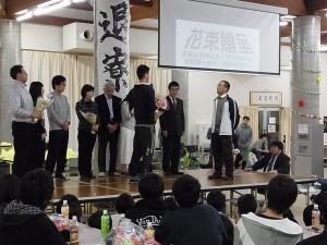 花束贈呈(食堂スタッフさん、男女寮の管理人さん、3学年の先生へ)。