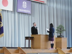 卒業記念品贈呈(記念品目録を朗読)。