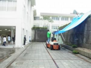 フォークリフトを使った特設移動式テント準備中。