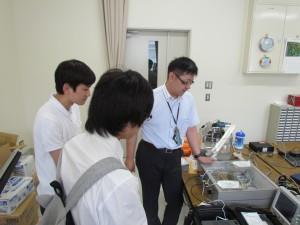 理学部の応用物理学科研究室の見学。