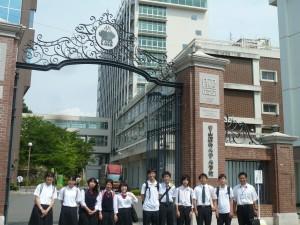 岡山理科大学正門前到着。
