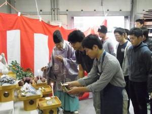 玉串拝礼(焼成を指導する、片山先生と大石橋先生)