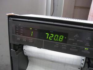 窯内の温度計。火入れから3日目で720℃を超えています。