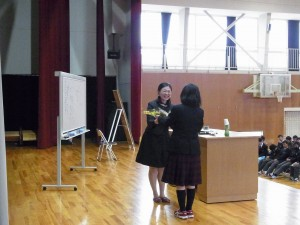 花束贈呈、先生は他の高校とはちょっと違い、吉備高原学園の生徒さんたちは、明るく感性の高い生徒さんたちばかりだと・・・