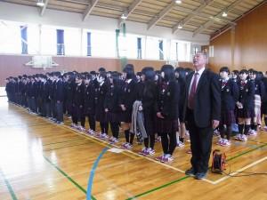 校長先生も生徒たちと一緒に校歌斉唱。