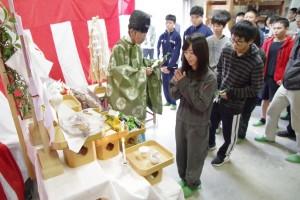陶芸デザインコース所属生徒たちも、二礼二拍一礼。
