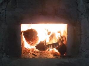 赤松の割り木が燃える様子。
