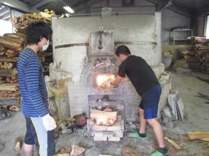 割り木を入れて温度をキープ。