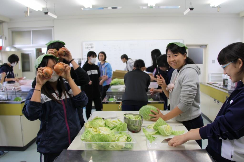 女子チームは食材準備。