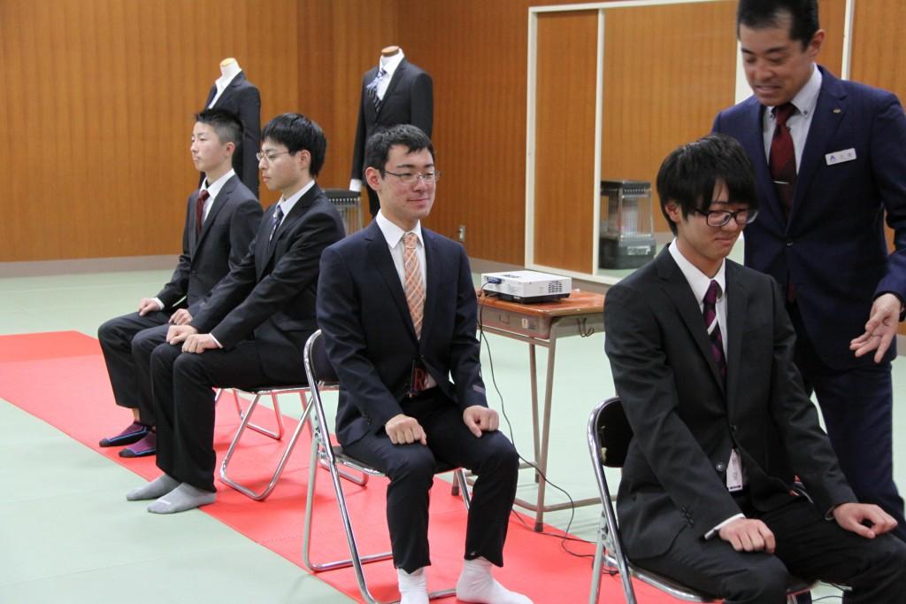椅子の座り方も学びました。良い姿勢ですね。