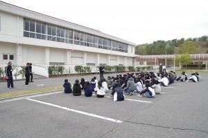 男女それぞれの寮から駐車場へ避難完了。