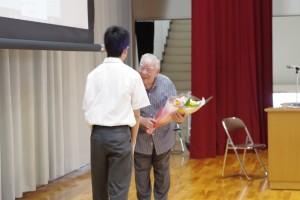 生徒代表より花束の贈呈。