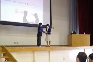 生徒代表からお礼の言葉と、花束贈呈。
