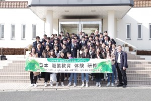 本校の生徒も一緒に記念写真。