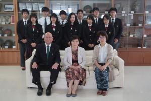 記念撮影(正面中心が山邊先生、左校長、右PTA会長、後ろは生徒会執行部生徒)