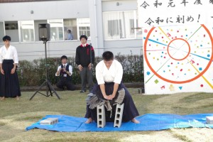 文化祭の「トリ」は、古武道部員による「瓦割」。