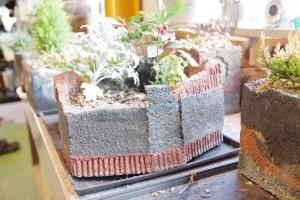 完成例(昨年制作の鉢)鉢の中へは綺麗な花や植物を寄せ植えしていき作品が完成します(ナチュラルアート)。