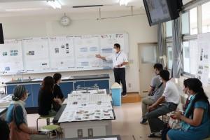 キャリアデザインコースの紹介(理科実験室にて)。