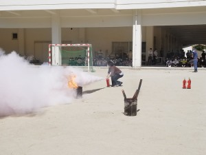 まずは職員による初期消火訓練。