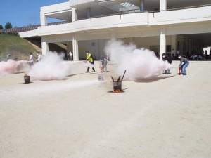 代表生徒による初期消火訓練。