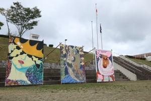 応援アーチ(右から、桃組、創立30周年記念、黒組)