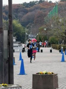 仮装チームと走るキャプテン重康選手(3年生)