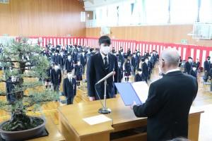 卒業証書授与(代表卒業生)。