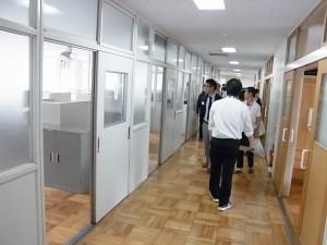 寮の中(廊下をはさんで学習室と寮室)