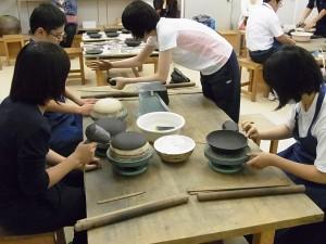 陶芸デザインコースでの体験実習の様子(備前焼の皿づくり)