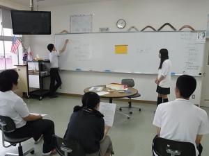 インターナショナルコースでの授業風景(英会話でクイズを解く)