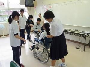 福祉ボランティアコースでの体験実習の様子(車いす操作体験)