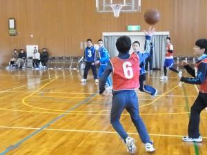 健康スポーツコース(卓球、バドミントン、最期はバスケットで試合)